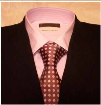 ピンクのワイシャツにワイン色のネクタイ