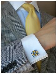 ブルーシャツに黄色のネクタイ