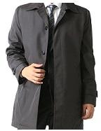 就活に着るスーツに合うのは、黒かグレーのステンカラーコート?