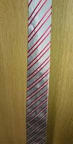 グレーの赤ラインネクタイ