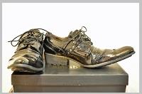 先のとがった革靴