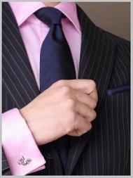 ピンクワイシャツに紺色ネクタイ2